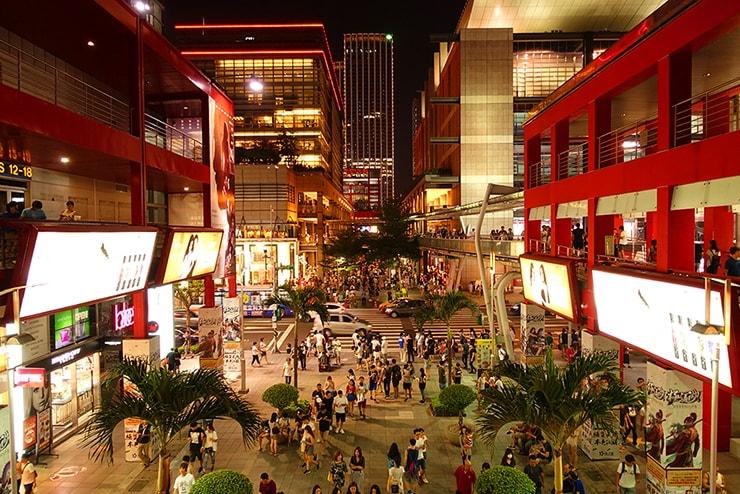 台北・信義區「新光三越」の夜の風景