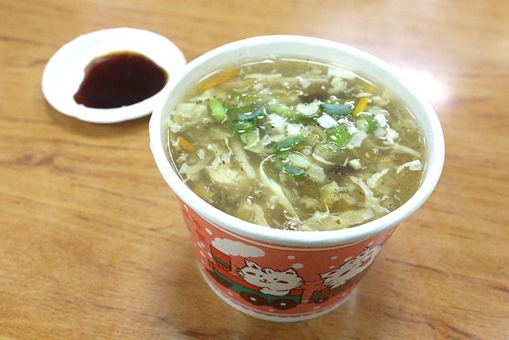 台北・石牌「阿財鍋貼水餃專賣店」の酸辣湯