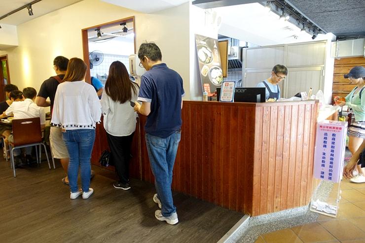 台北・南京復興「慶城海南雞飯」のカウンター