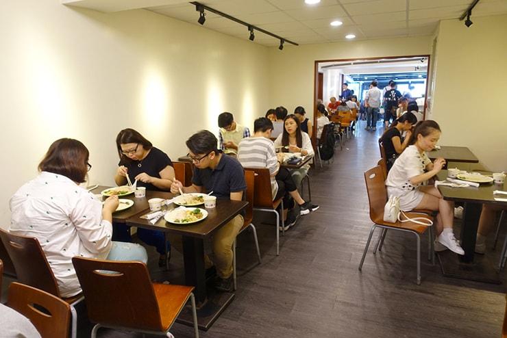 台北・南京復興「慶城海南雞飯」の店内