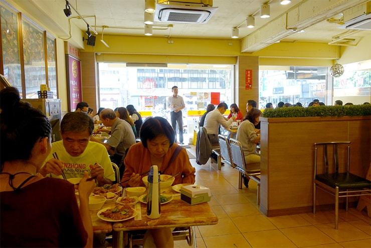 台北・南京復興「君悅排骨」の店内