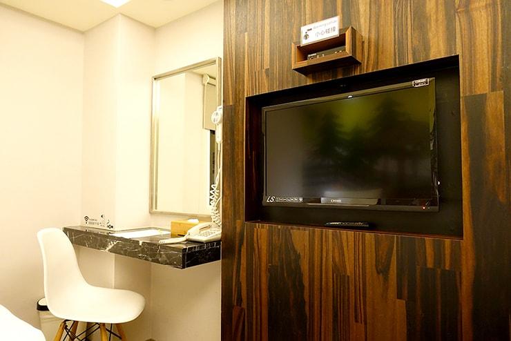 花蓮駅前のおしゃれホテル「回然慢時旅店 Meci Hotel」ダブルルームのテレビ
