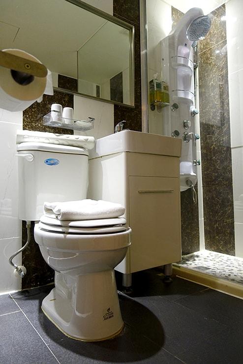 花蓮駅前のおしゃれホテル「回然慢時旅店 Meci Hotel」ダブルルームのトイレ
