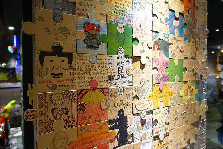 花蓮駅前のおしゃれホテル「回然慢時旅店 Meci Hotel」ロビーに貼られたパズル型メッセージカード