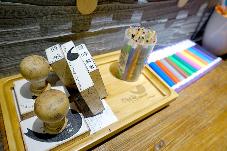 花蓮駅前のおしゃれホテル「回然慢時旅店 Meci Hotel」ロビーのメッセージカード用スタンプとマジック