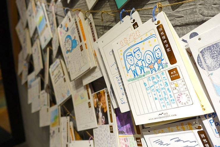 花蓮駅前のおしゃれホテル「回然慢時旅店 Meci Hotel」ロビーに飾られた日記風メッセージカード