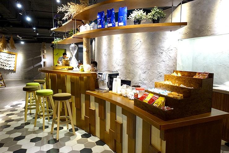 花蓮駅前のおしゃれホテル「回然慢時旅店 Meci Hotel」ロビーのカフェスペース