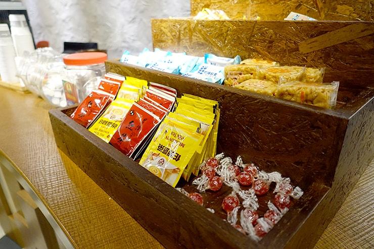 花蓮駅前のおしゃれホテル「回然慢時旅店 Meci Hotel」ロビーに置かれたティーバッグとお菓子