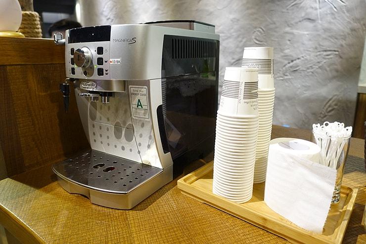 花蓮駅前のおしゃれホテル「回然慢時旅店 Meci Hotel」ロビーに置かれたコーヒーマシン
