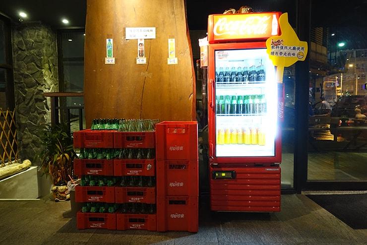 花蓮駅前のおしゃれホテル「回然慢時旅店 Meci Hotel」のロビーに置かれた無料ドリンクたち