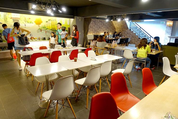 花蓮駅前のおしゃれホテル「回然慢時旅店 Meci Hotel」朝食のテーブル席