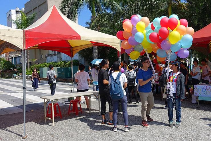 花蓮彩虹嘉年華(花蓮LGBTプライド)2016で風船を配るスタッフ