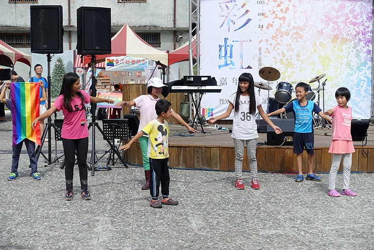 花蓮彩虹嘉年華(花蓮LGBTプライド)2016のステージでダンスする子供たち