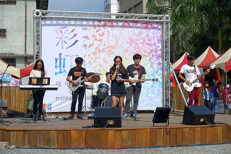 花蓮彩虹嘉年華(花蓮LGBTプライド)2016でパフォーマンスを披露する高校生バンド