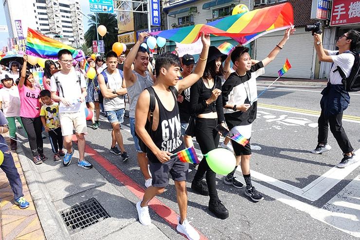 花蓮彩虹嘉年華(花蓮LGBTプライド)2016でレインボーフラッグを掲げる先頭集団