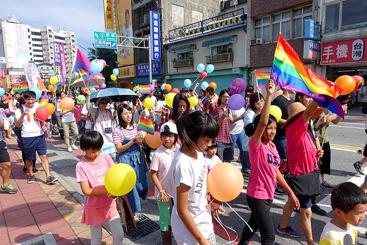 花蓮彩虹嘉年華(花蓮LGBTプライド)2016でレインボーフラッグを掲げる子供達