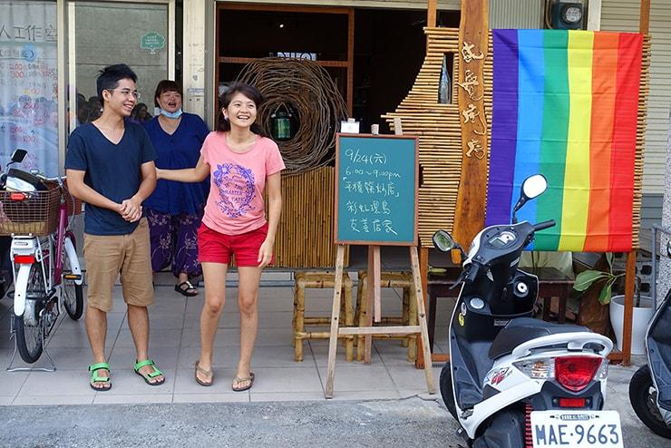 花蓮彩虹嘉年華(花蓮LGBTプライド)2016でレインボーフラッグを掲げる飲食店のオーナーさんたち