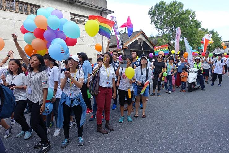 花蓮彩虹嘉年華(花蓮LGBTプライド)2016で支援者に拍手を送るパレード参加者たち