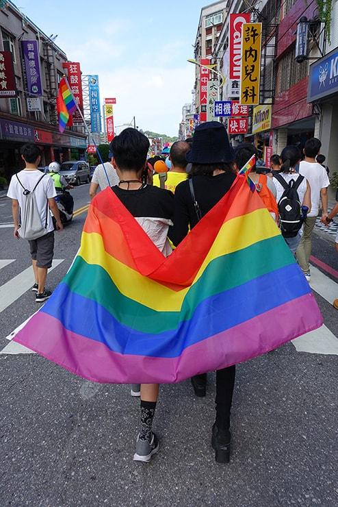 花蓮彩虹嘉年華(花蓮LGBTプライド)2016でレインボーフラッグを纏うカップル