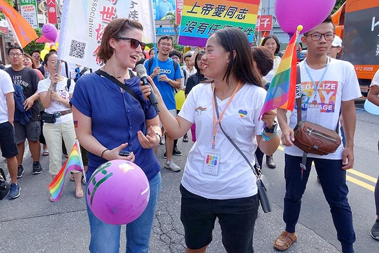 花蓮彩虹嘉年華(花蓮LGBTプライド)2016でインタビューに応じる参加者