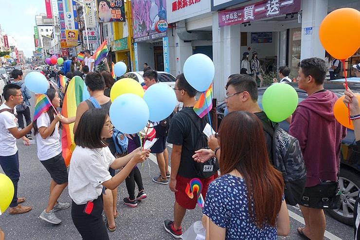 花蓮彩虹嘉年華(花蓮LGBTプライド)2016でパレード参加者にしおりを配るスタッフたち