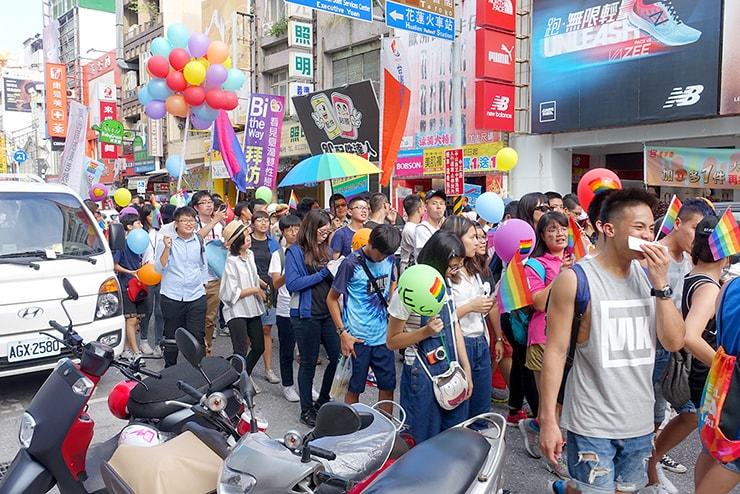 花蓮彩虹嘉年華(花蓮LGBTプライド)2016でしおりを配りながら歩くパレード参加者