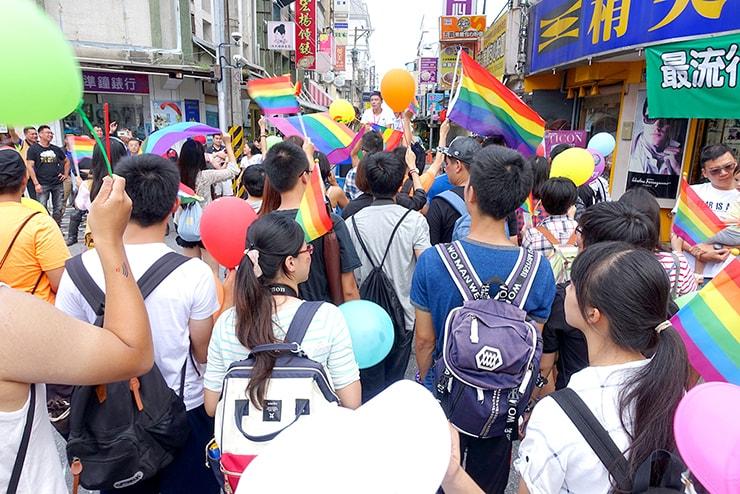 花蓮彩虹嘉年華(花蓮LGBTプライド)2016でレインボーフラッグを振るパレード参加者たち