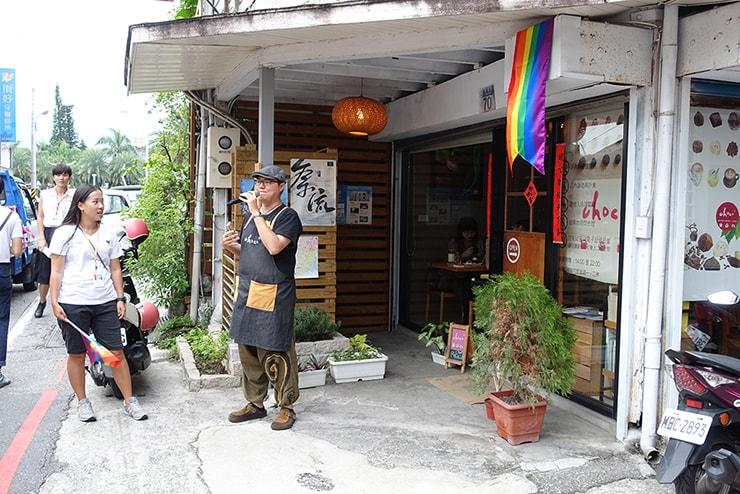 花蓮彩虹嘉年華(花蓮LGBTプライド)2016でスピーチするLGBTフレンドリーカフェのオーナーさん