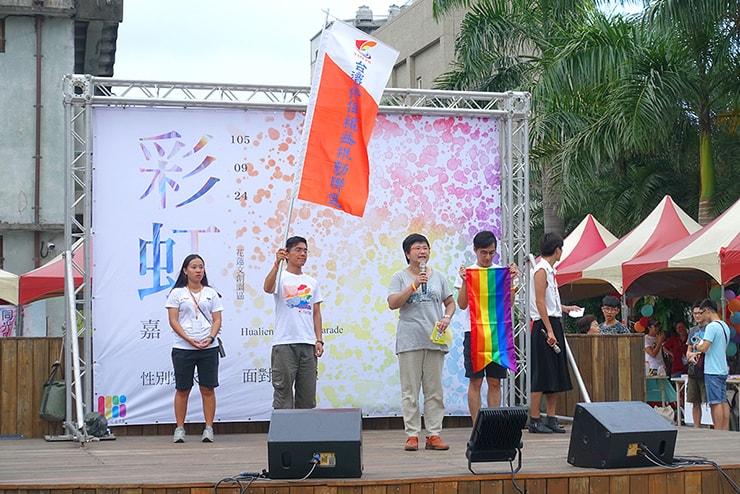 花蓮彩虹嘉年華(花蓮LGBTプライド)2016のステージでスピーチをする女性弁護士