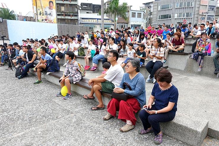 花蓮彩虹嘉年華(花蓮LGBTプライド)2016で会場に座る参加者たち