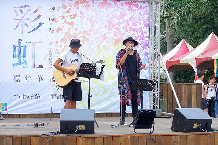 花蓮彩虹嘉年華(花蓮LGBTプライド)2016のステージでミニコンサートを開くアーティスト