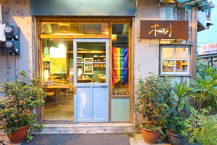 花蓮彩虹嘉年華(花蓮LGBTプライド)2016でレインボーフラッグを掲げるLGBTフレンドリーカフェ