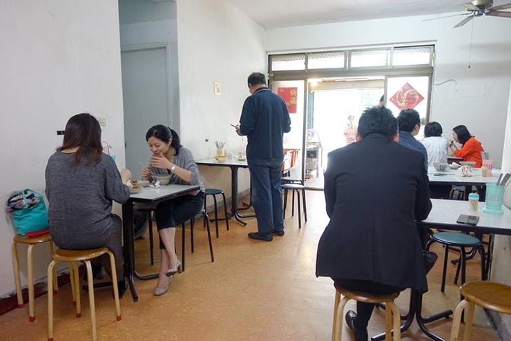 台北・南京復興「金仙魚丸」の店内