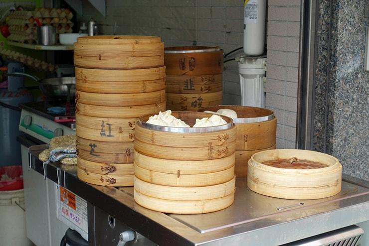 台北・南京復興「阿興包子」の店先に並ぶ蒸籠