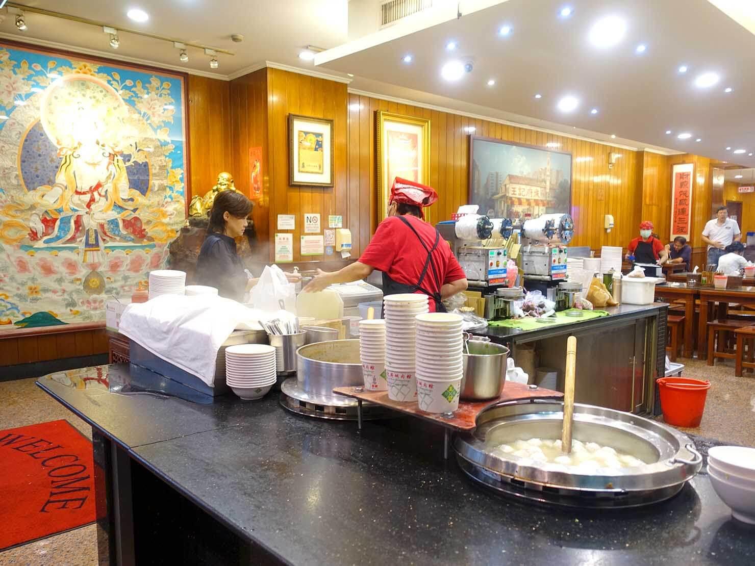 台北・南京復興駅周辺のおすすめグルメ店「王記府城肉粽」のカウンター