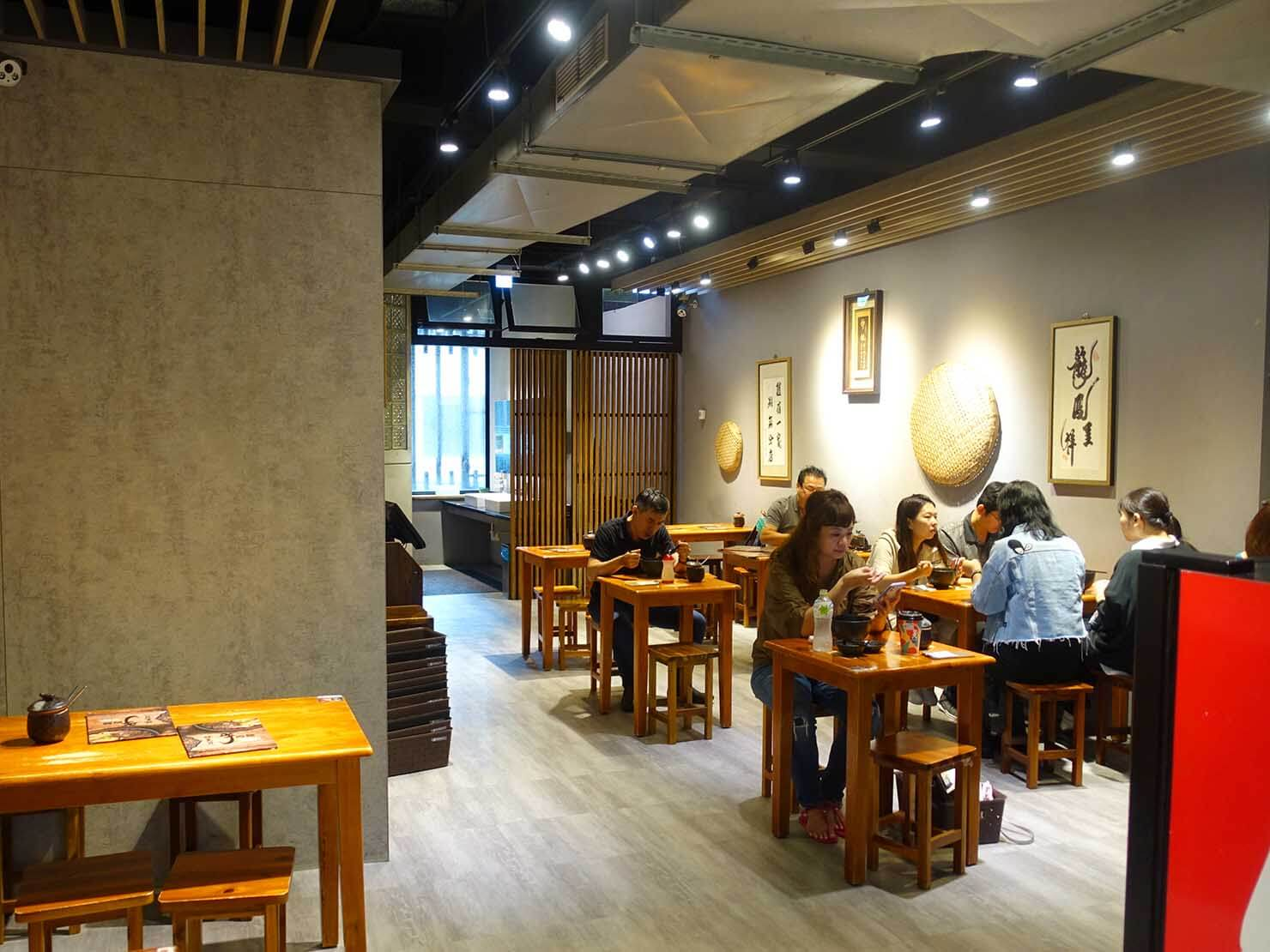 台北・南京復興駅周辺のおすすめグルメ店「林東芳牛肉麵」の店内
