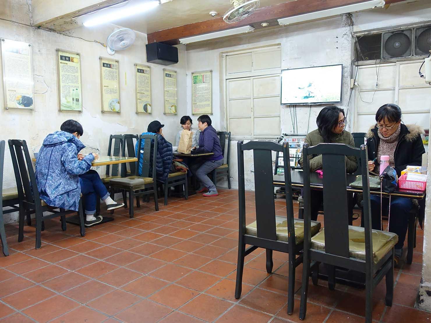 台北・大安駅周辺のおすすめグルメ店「山水伯豆花」の店内