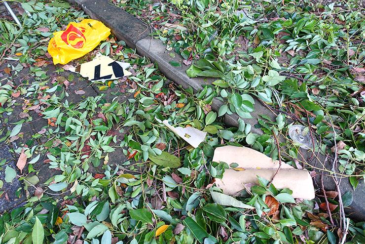 台湾の台風後道路に散らばったゴミ