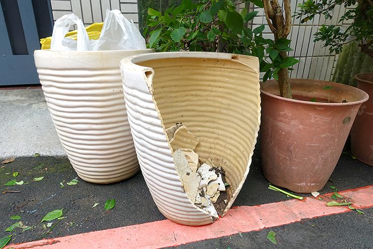 台湾の台風で割れた鉢植え