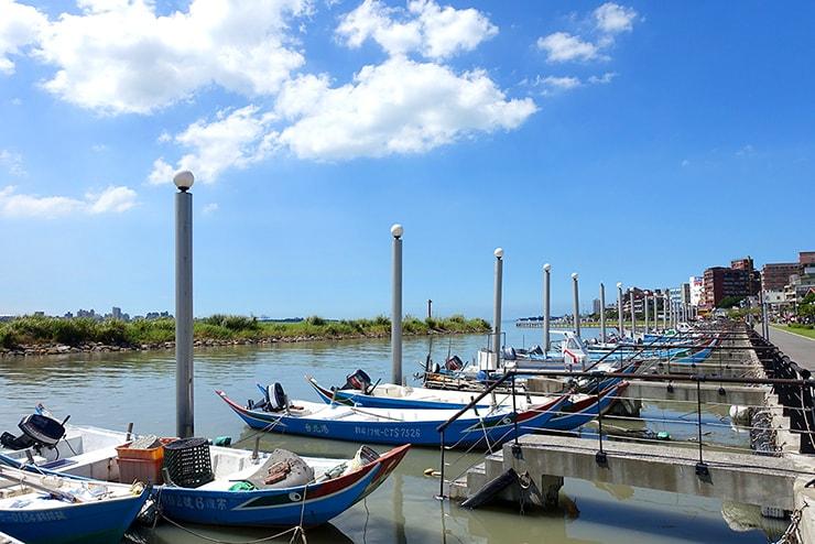 台北・淡水の川辺に停泊する漁船