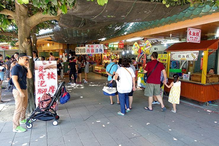 台北・淡水の川辺に伸びる屋台街