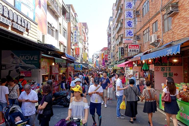 台北・淡水老街のメイン通り