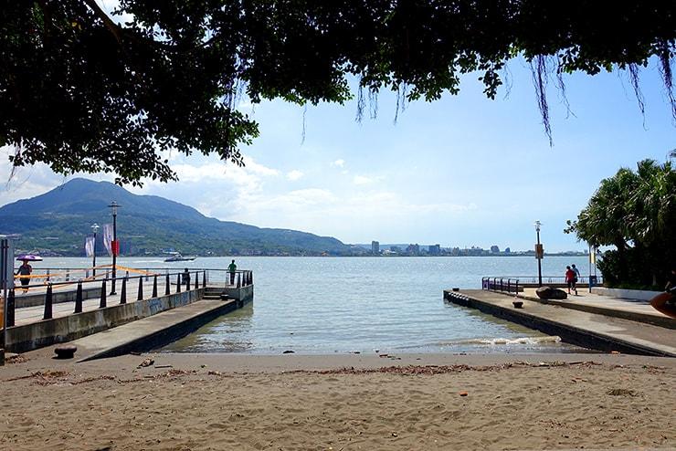 台北・淡水の川辺に広がる砂浜