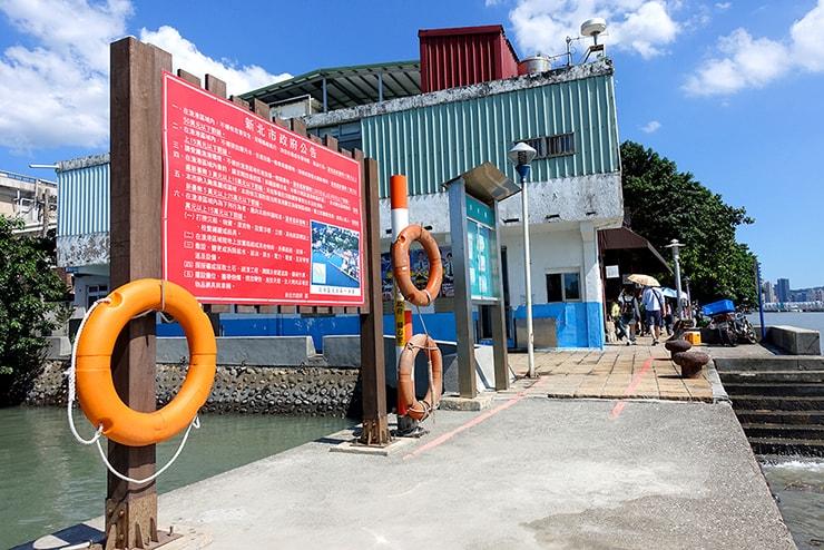 台北・淡水河邊に準備されている救命浮き輪