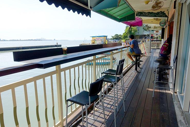 台北・淡水河邊のカフェに設置された屋外カウンター