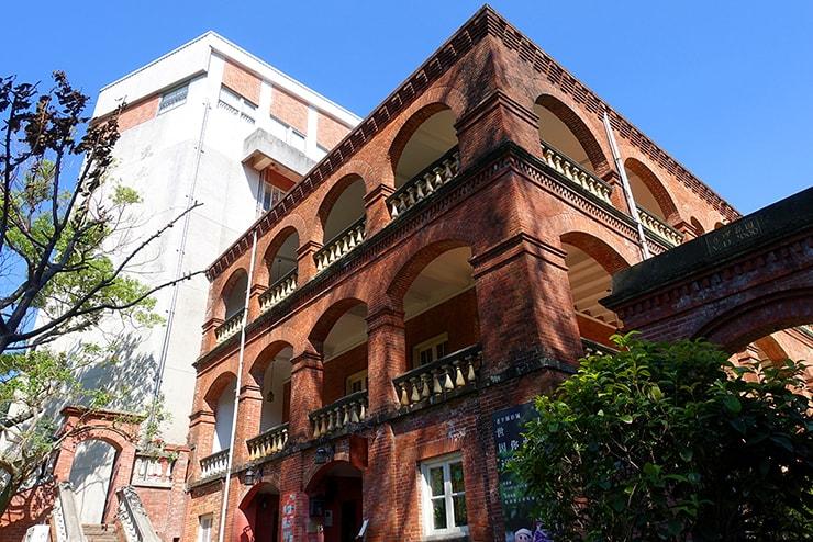 台北・淡水「真理大學 教士會館」のレンガ造りの建物