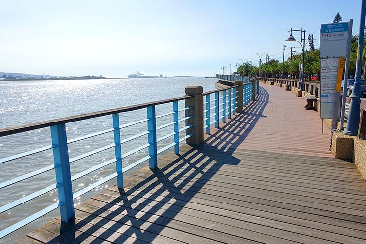 台北・淡水河の川辺に伸びる道
