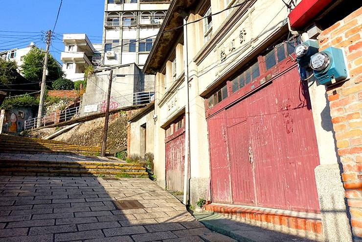 台北・淡水の路地裏に残る昔ながらの建物