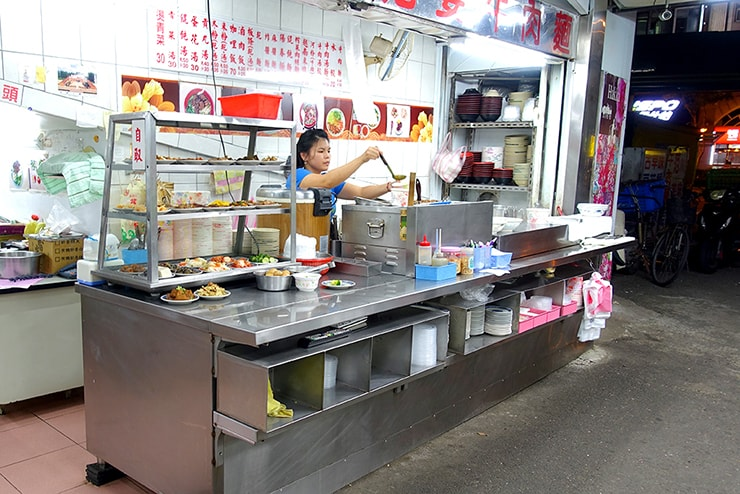 台北・大安「范姜川味牛肉麵」のカウンター