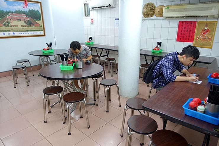 台北・大安「范姜川味牛肉麵」のテーブル